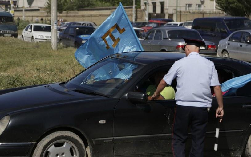 Krym. Rosyjski policjant w rozmowie z Tatarami /AFP