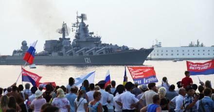 """Krymscy Rosjanie witają okręt wojenny """"Moskwa"""" wracający z Gruzji do Sewastopola /AFP"""
