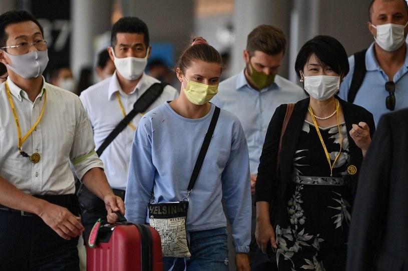 Kryscina Cimanouska (w środku) na japońskim lotnisku Narita /AFP