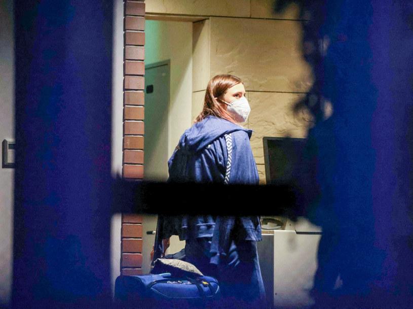 Kryscina Cimanouska wchodzi z bagażem do ambasady RP w Tokio /Yuki IWAMURA / AFP /East News