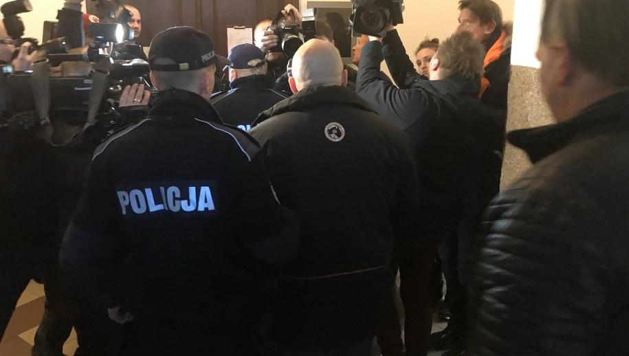 """""""Krystek"""" doprowadzony do sądu /Kuba Kaługa /RMF FM"""