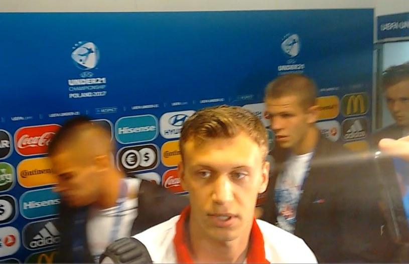 Krystian Bielik podczas rozmowy z dziennikarzami po meczu ze Słowacją. /INTERIA.PL