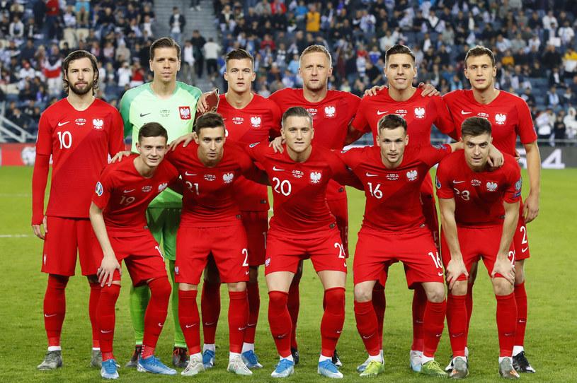 Krystian Bielik z pozostałymi zawodnikami reprezentacji polski /AFP
