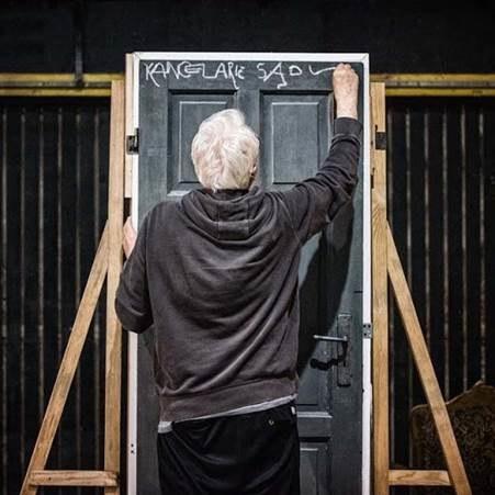 Krystian Lupa przyznaje, że twórczość Franza Kafki jest dla niego okrutniejsza i boleśniejsza niż jakiegokolwiek polskiego autora. /fot. Nowy Teatr w Warszawie /