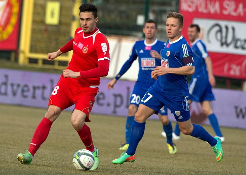 Krystian Nowak (z lewej) walczy o piłkę z Tomaszem Podgórskim /Fot. Grzegorz Michałowski /PAP