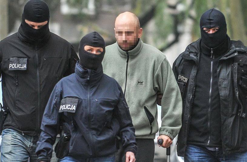 Krystian W. ps. Krystek w asyście policji /KAROLINA MISZTAL/REPORTER /Reporter