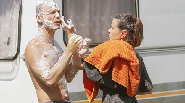 Krystian Wieczorek - przy pomocy Anity Kruszewskiej - bierze prysznic na trawniku / fot. Baranowski /AKPA