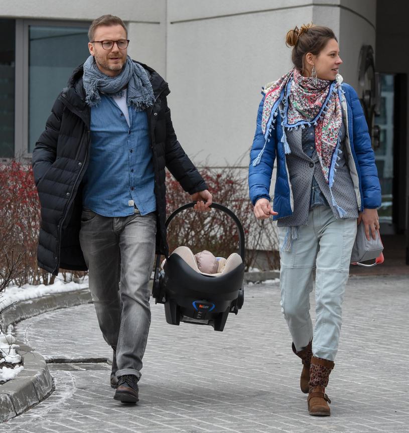 Krystian Wieczorek z córką i żoną Marią Szafirską /Newspix