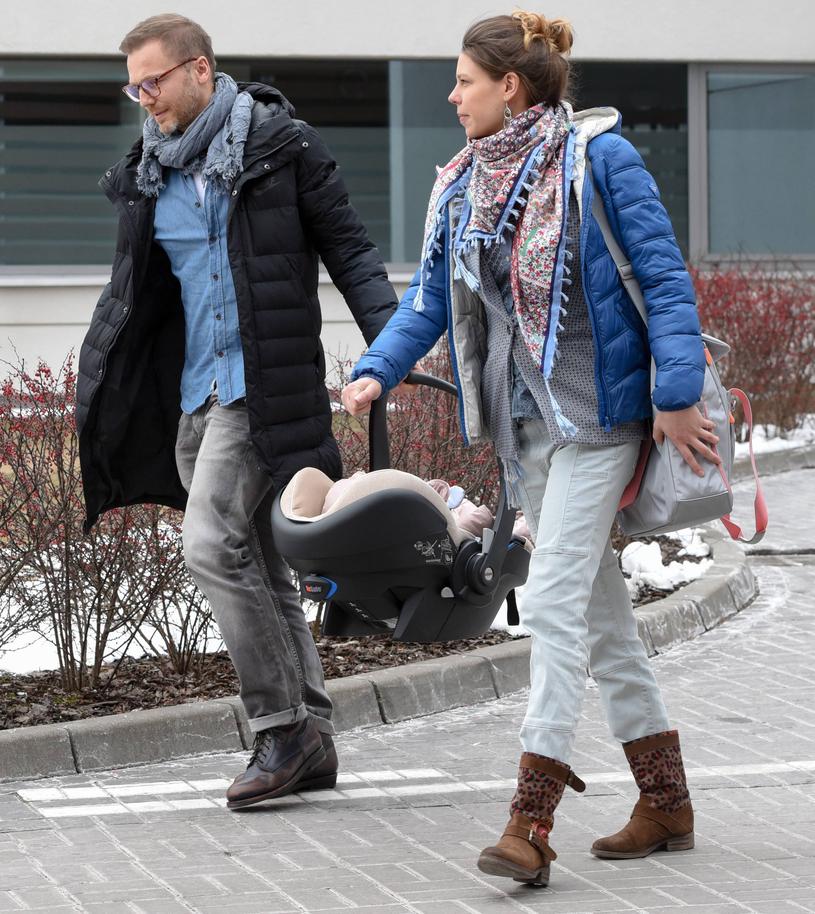 Krystian Wieczorek z żoną Marią i dzieckiem /Newspix