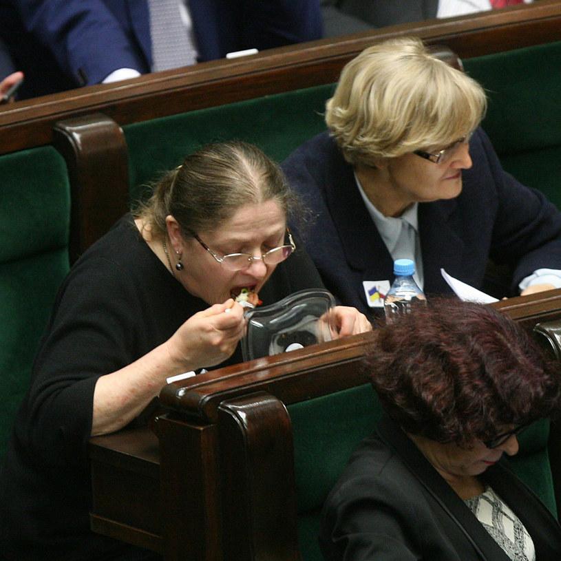 Krystyna Pawłowicz zajada się sałatką /Artur Hojny /Reporter