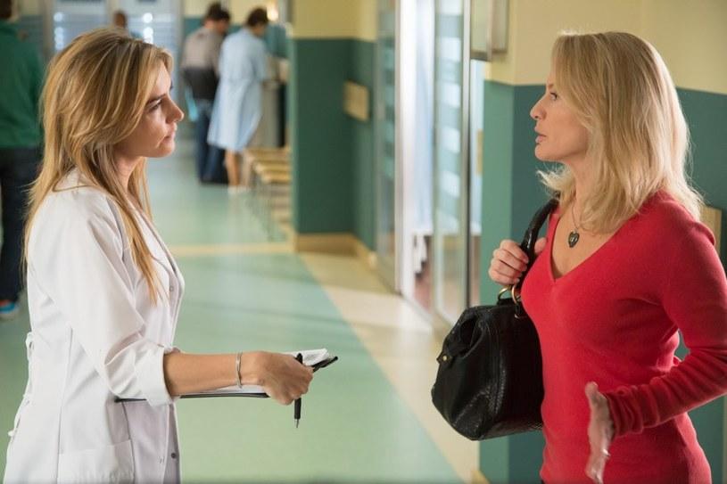 Krystyna (z prawej) umówi się z Paulą na adopcję jej dziecka. /Agencja W. Impact