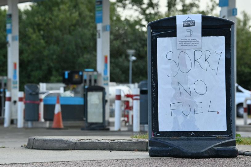 Kryzys paliwowy to niejeden problem Brytyjczyków. /BEN STANSALL/AFP /East News