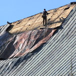 """Krzeszów: Zabezpieczono dach kościoła uszkodzony przez wiatr. """"Prace mogą potrwać 2 tygodnie"""""""