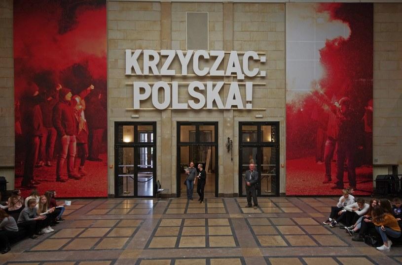 """""""Krzycząc: Polska! Niepodległa 1918"""" /ZOFIA I MAREK BAZAK  /East News"""