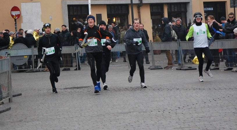 Krzyś Graczyk (drugi z prawej) i biegacze z Interii na finiszu Biegu Sylwestrowego 2013. /INTERIA.PL