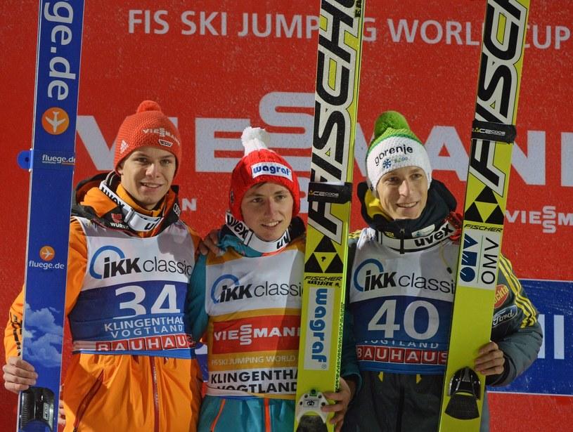 Krzysztof Biegun, Andreas Wellinger i Jurij Tepes na podium w Klingenthal /PAP/EPA
