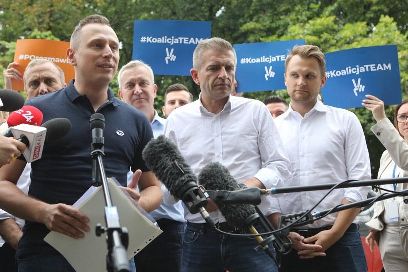 """Krzysztof Brejza (pierwszy z lewej) i Bartosz Arłukowicz """"w terenie"""" /Tomasz Jastrzębowski /Reporter"""