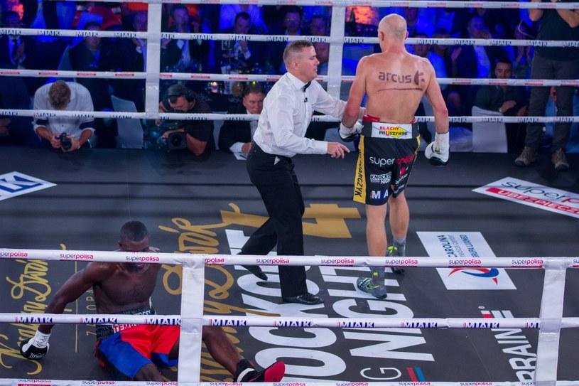"""Krzysztof """"Diablo"""" Włodarczyk w ostatniej walce posłał na deski Ala Sandsa /Piotr Korczak/REPORTER /East News"""