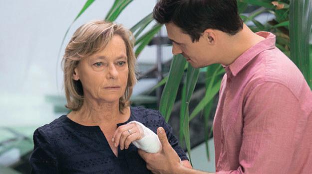 Krzysztof dowie, się, że Teresa ma Alzheimera. /Świat Seriali