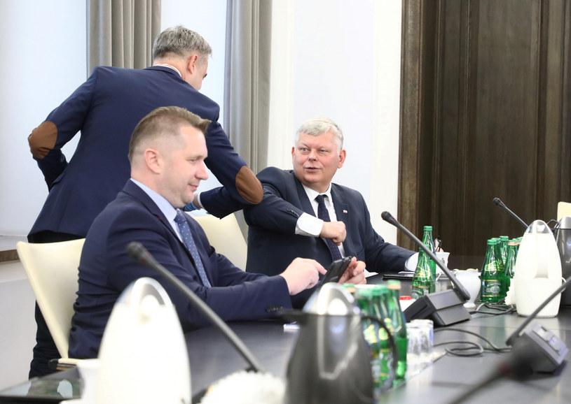 Krzysztof Gawkowski i Marek Suski witają się w Senacie /Piotr Molecki /East News