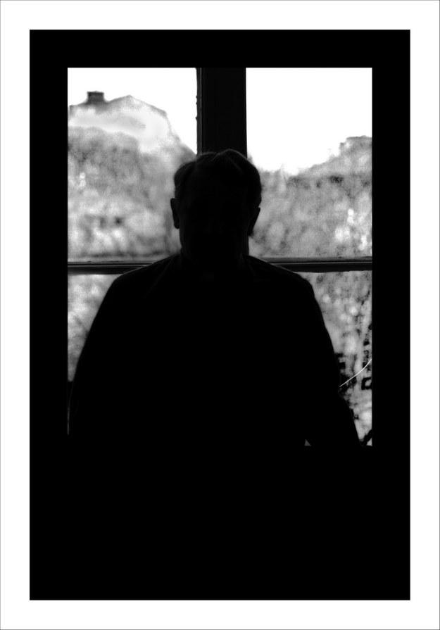 """Krzysztof Gierałtowski - portret ks. Józefa Tischnera. Praca prezentowana na wystawie """"Portret bez twarzy"""" /Muzeum Historii Fotografii w Krakowie"""