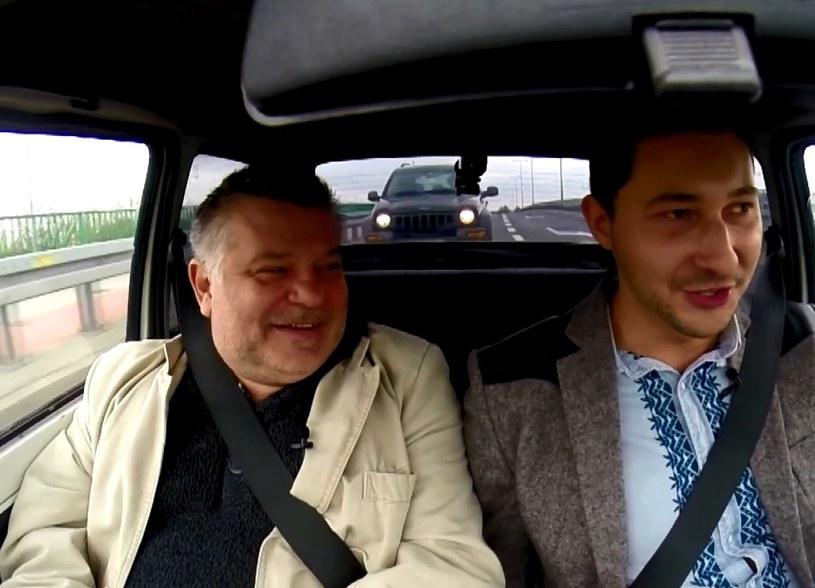 Krzysztof Globisz i Filip Nowobilski w trakcie gorącej dyskusji na pokładzie Fiata 126p... /INTERIA.PL