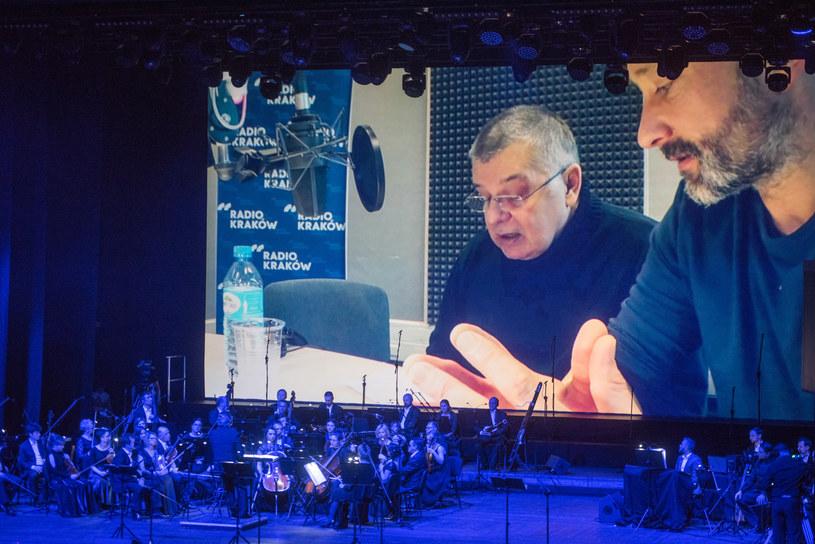 Krzysztof Globisz i orkiestra w trakcie koncertu w Polsce /Krzysztof Czeczot /INTERIA.PL