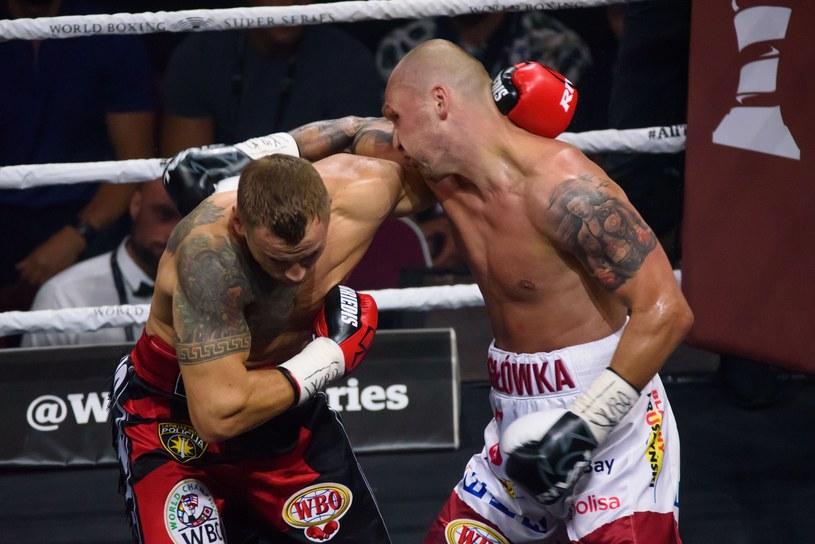 Krzysztof Głowacki (z prawej) w skandalicznych okolicznościach przegrał z Mairisem Briedisem /Edijs Palens /East News