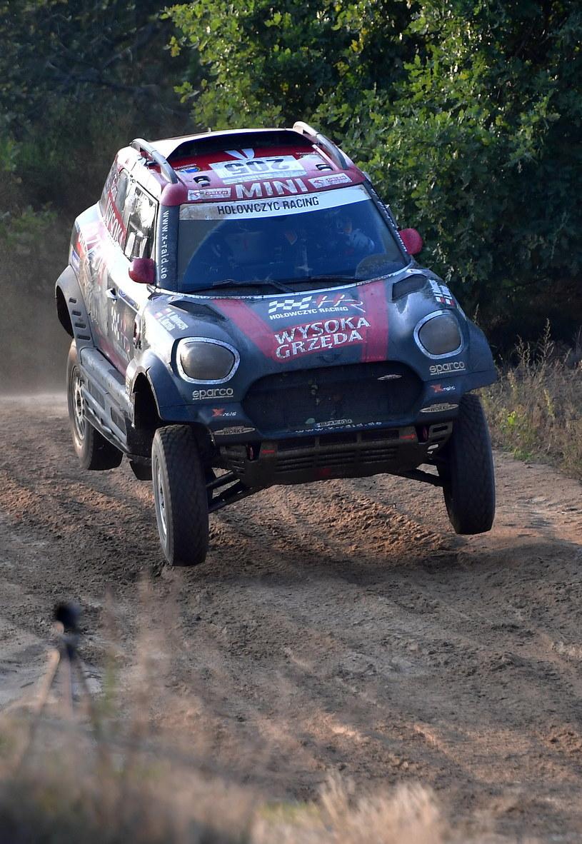 Krzysztof Hołowczyc i Łukasz Kurzeja (MINI John Cooper Works Rally) na trasie terenowego rajdu Orlen Baja Poland / Marcin Bielecki    /PAP