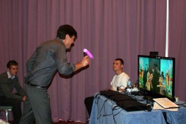 Krzysztof Ibisz swoim refleksem i zaangażowaniem zawstydził niejednego gracza na sali /INTERIA.PL