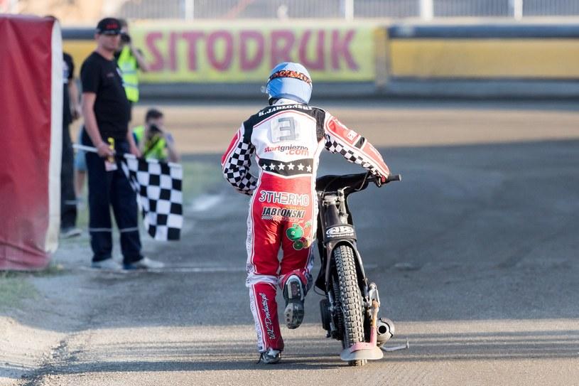 Krzysztof Jabłoński biegnie ze zdefektowanym motocyklem /Marcin Karczewski /Newspix