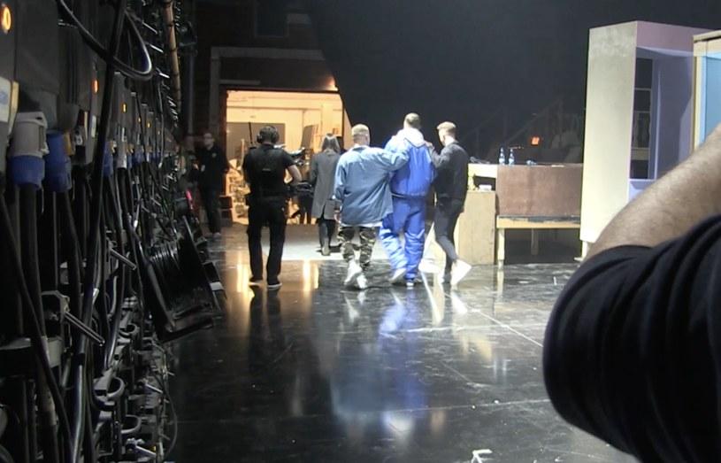 """Krzysztof Jonkisz wychodzi z bratem ze studia """"Dance Dance Dance"""", fot. Natasza Młudzik / Waldemar Kompała /materiały prasowe"""