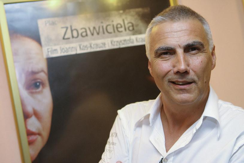 """Krzysztof Krauze na tle plakatu """"Plac Zbawiciela"""" /AKPA"""