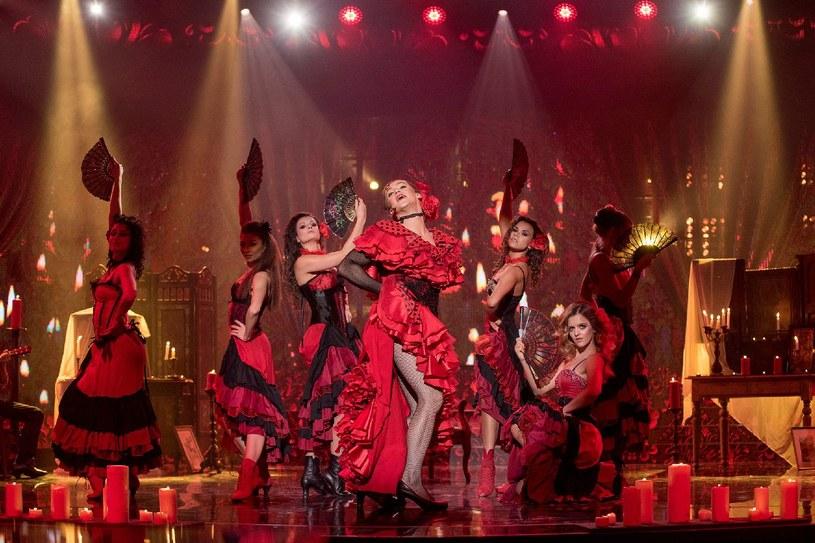 Krzysztof Kwiatkowski po raz kolejny wcielił się w kobietę - tym razem Madonnę /Polsat