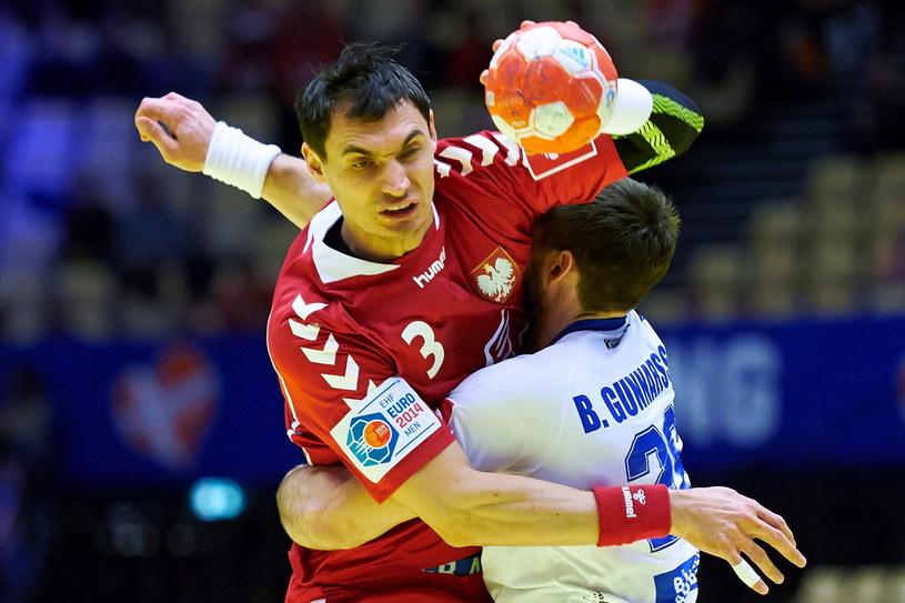 Krzysztof Lijewski (L) blokowany w ataku przez Islandczyka Bjarki Mar Gunnarssona /Adam Warżawa /PAP