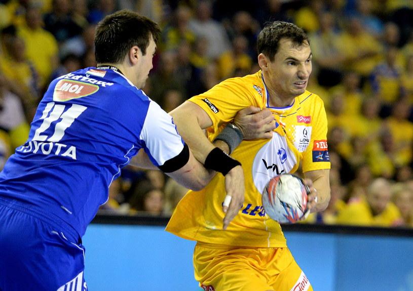 Krzysztof Lijewski (z prawej) w meczu MOL-Pick Szeged /Fot. Piotr Polak /PAP