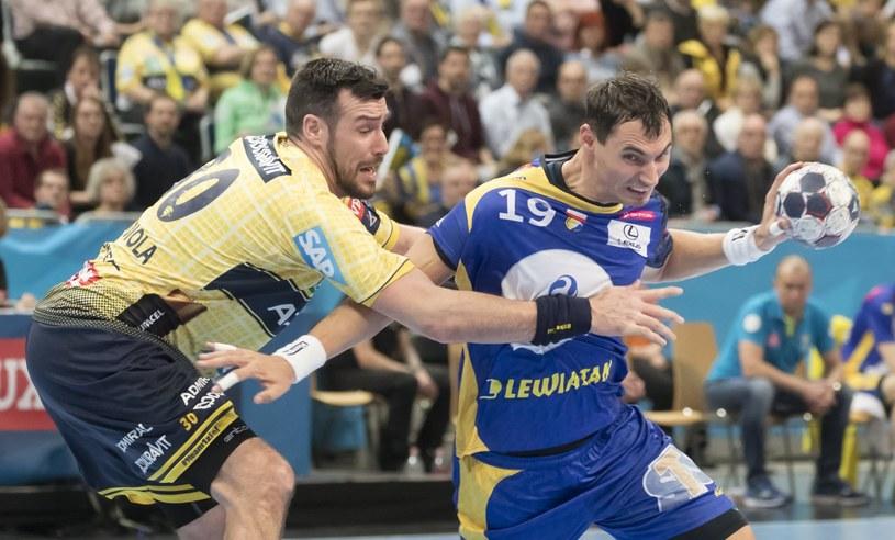 Krzysztof Lijewski (z prawej) w meczu z Rhein-Neckar Loewen /PAP/EPA