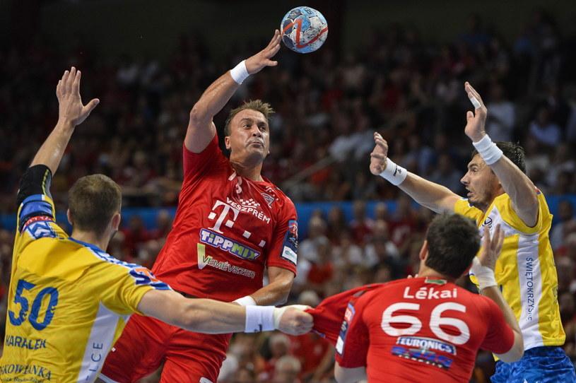Krzysztof Lijewski (z prawej) w meczu z Veszprem /PAP/EPA
