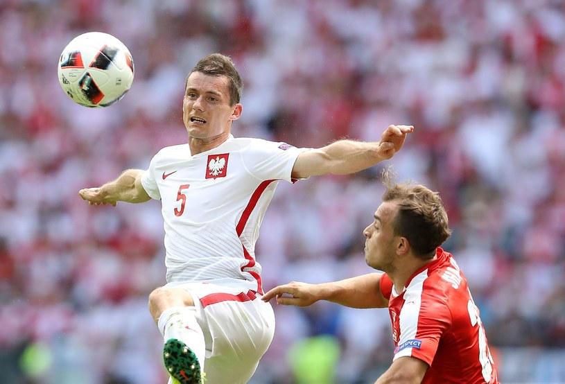 Krzysztof Mączyński (z lewej) podczas Euro 2016 /AFP
