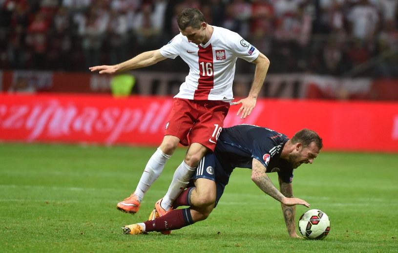 Krzysztof Mączyński (z lewej) walczy o piłkę ze Stevenem Fletcherem /Bartłomiej Zborowski /PAP