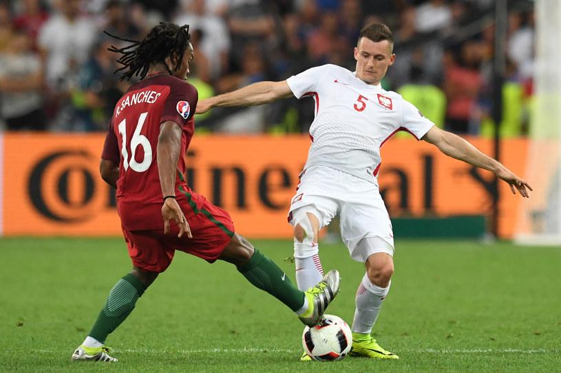 Krzysztof Mączyński (z prawej) w walce z Portugalczykiem Renato Sanchesem. /AFP