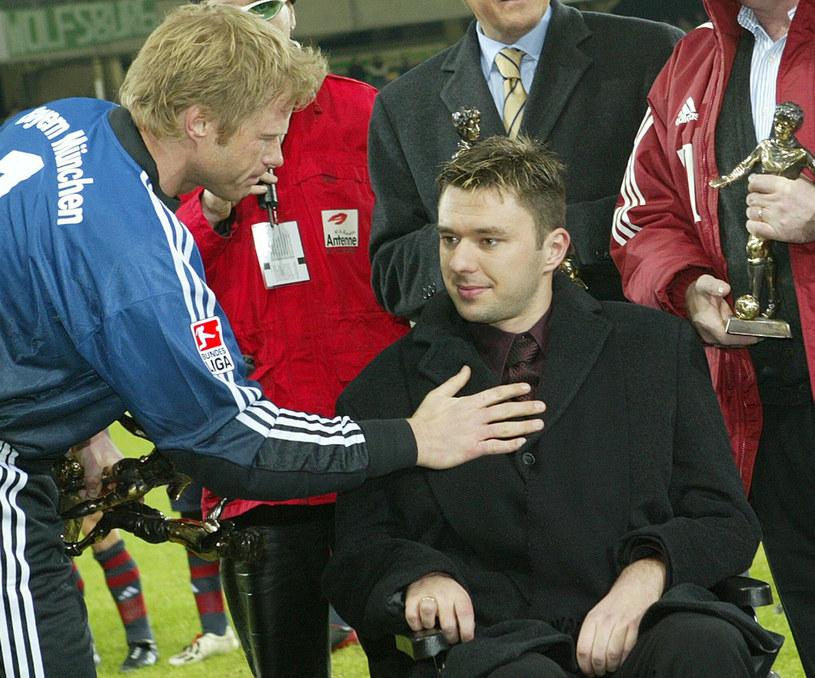 Krzysztof Nowak (z prawej) i Oliver Kahn w 2003 roku. Polak w ostatnich latach życia musiał poruszać się na wózku inwalidzkim /ASSOCIATED PRESS/East News /East News
