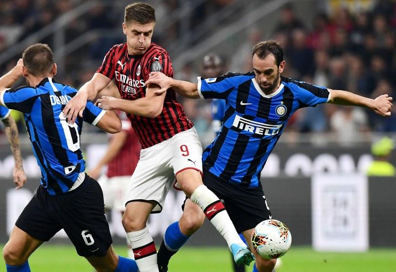 Krzysztof Piątek i Diego Godin (z prawej) w derbach Mediolanu, wygranych 2-0 przez Inter. /AFP