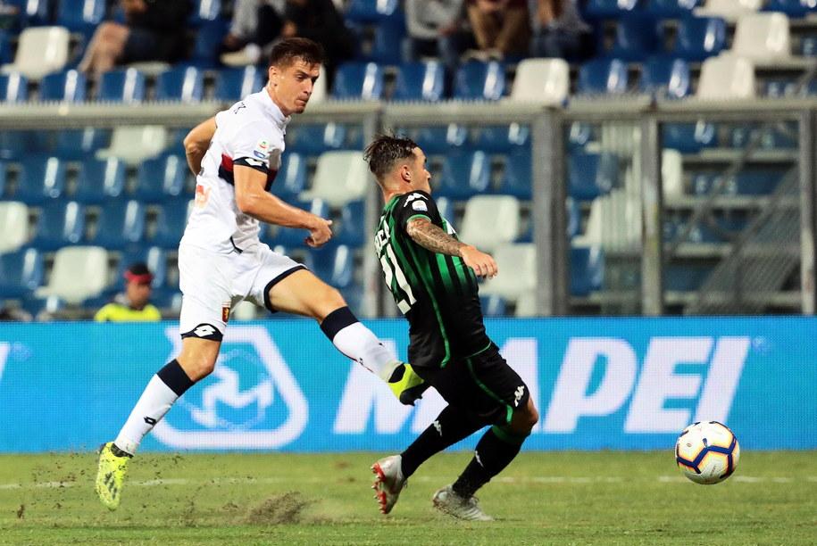 Krzysztof Piątek na zdjęciu po lewej stronie w trakcie meczu we włoskiej lidze /ELISABETTA BARACCHI /PAP/EPA