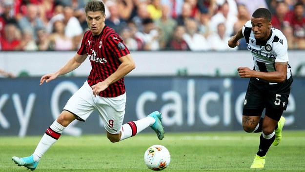 Krzysztof Piątek (po lewej) i William Ekong (po prawej) podczas meczu Udinese-AC Milan /GABRIELE MENIS /PAP/EPA