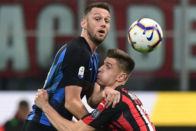 Krzysztof Piątek w derbach Mediolanu, przegranych przez Milan 2-3 /AFP
