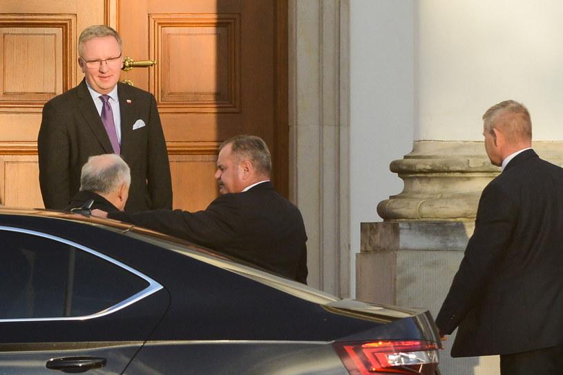 Krzysztof Szczerski wita Jarosława Kaczyńskiego, który przyjechał do Belwederu na spotkanie z Andrzejem Dudą /Jakub Kamiński   /PAP
