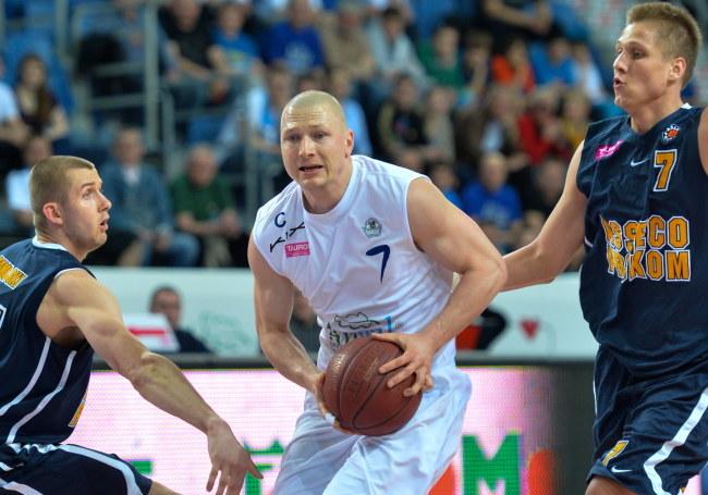 Krzysztof Szubarga z Anwilu Włocławek otoczony przez graczy Asseco Prokomu Gdynia /Tytus Żmijewski /PAP