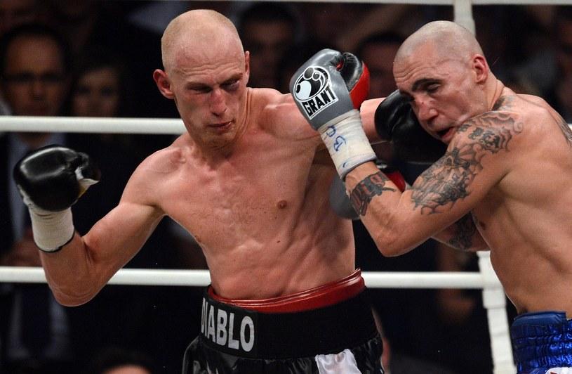 Krzysztof Włodarczyk (z lewej) jest mistrzem świata WBC w wadze junior ciężkiej /AFP