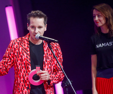 Krzysztof Zalewski ujawnił, że zaręczył się z matką swojego dziecka. Kim jest partnerka wokalisty?